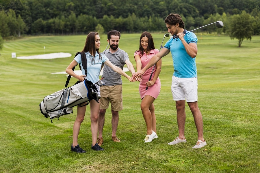 Beginner Golfers with drivers
